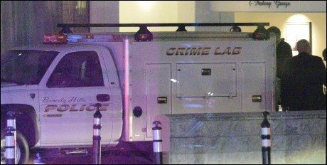 POLITI PÅ STEDET: Krimteknikere fra Los Angelen-politiet jobbet sent lørdag kveld på Hotel Beverly Hilton, der Whitney Houston ble funnet død. Foto: AFP