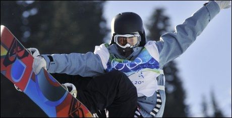 FLYR HØYT: Kjersti Buaas flyr høyt under halfpipe-konkurransen i OL i Vancouver. Foto: AP