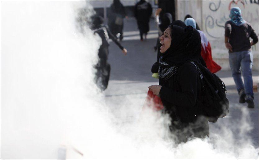 TÅREGASS: Sikkerhetsstyrkene var massivt til stede på ettårsdagen for opprøret i kongedømmet Bahrain tirsdag. Politiet hindret demonstrantene i å nå fram til Perleplassen, som var fjorårets samlingssted for demokratiforkjemperne. Foto: REUTERS/SCANPIX