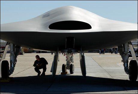 NEI, DETTE ER IKKE EN UFO: Droneflyet X-47B skal kunne lette og lande fra hangarskip. Foto: Reuters