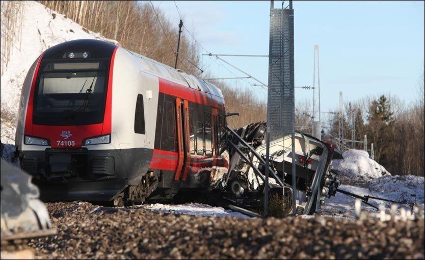 FULL STOPP: NSBs prestisjeprosjekt med 50 togsett av typen «Flirt» fra sveitsiske Stadler settes på vent etter at ett av togene sporet av i Vestfold onsdag. Fem personer er sendt til sykehus etter ulykken. Foto: Stener Kalberg