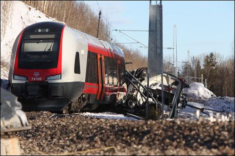 OMFATTENDE SKADER: Deler av «Flirt»-toget er totalskadet etter ulykken. Ombord var tre NSB-ansatte og to personer fra et eksternt firma. Foto: Stener Kalberg