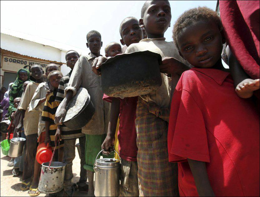 - MÅ KRIGE: Barn i kø ved en matstasjon i Somalias hovedstad Mogadishu. Ifølge Human Rights Watch tvinges somaliske barn til å krige for al-Shabaab-militsen. Foto: REUTERS