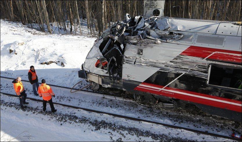 KNUST: «Flirt»-toget ble totalskadet etter at det traff fjellveggen i svingen ved Nykirke i 135 km/t i 70-sonen. Nå er lokføreren siktet. Foto: Pål Terje Støtvig