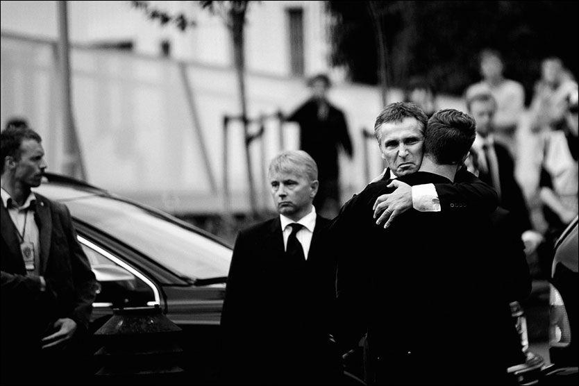 ØYEBLIKKET: Statsminister Jens Stoltenberg klemmer AUF-leder Eskil Pedersen idet de møtes for første gang etter terrorangrepene mot Norge 22. juli i fjor. Foto: TOMMY ELLINGSEN