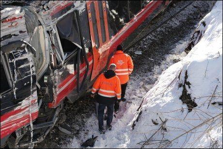 OMFATTENDE SKADER: Togsettet har fått store skader og det er ikke ventet at dette togsettet vil kunne settes i trafikk igjen. Havarikommisjonen har siden onsdag gransket ulykken. Foto: Pål Terje Støtvig