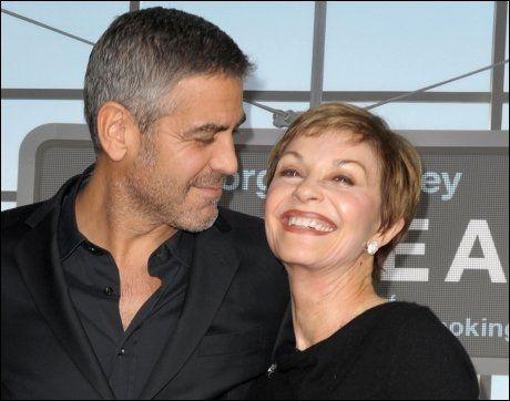MAMMAS GUTT: George Clooney og moren Nina Warren. Foto: AFP