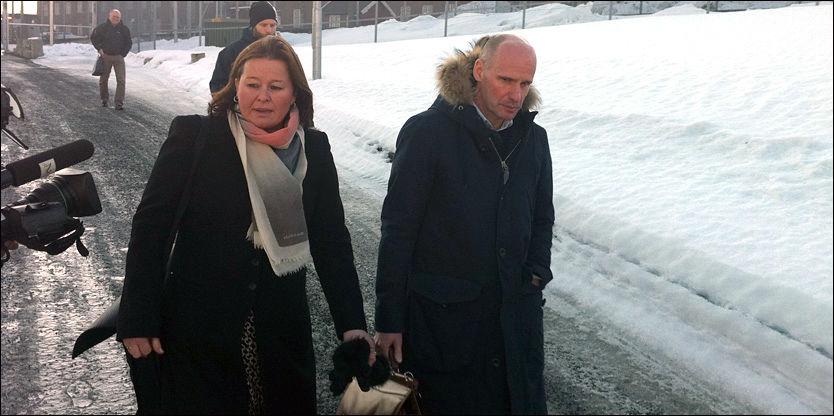 BREIVIK-BESØK: Her er forsvarerne Vibeke Hein Bæra og Geir Lippestad på vei ut av Ila fengsel fredag ettermiddag. Foto: MADS A. ANDERSEN