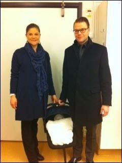 PÅ SYKEHUSET: Kronprinsesse Victoria og Prins Daniel og den nye prinsessen Estelle på vei hjem til Haga slott fra Karolinska sykehus. Foto: Kungahuset.se