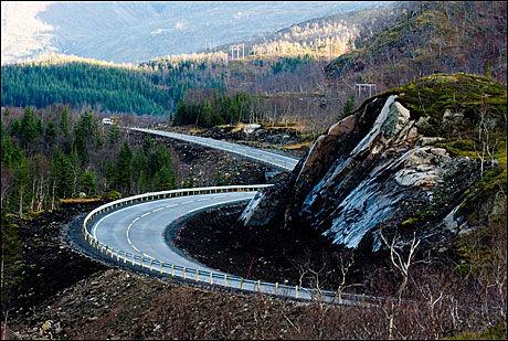 HEDERLIG: E10 Lofotens fastlandsforbindelse fikk hederlig omtale, for å levere et lavmælt byggverk i et storslått landskap. Strekningen setter standard for veibygging i et sårbart naturlandskap, sier juryen. Foto: Johan Brun