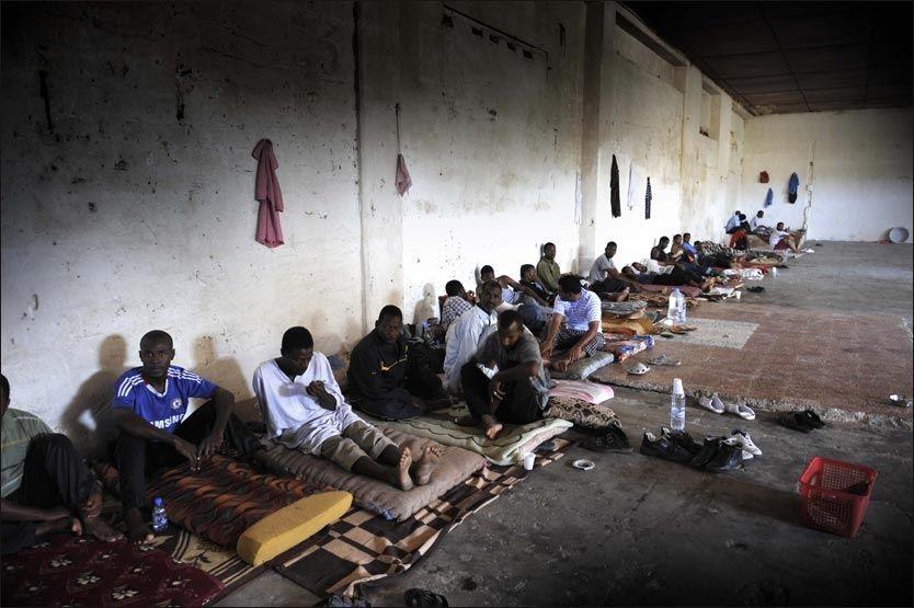 Libyske militsgrupper holder tusenvis av fanger