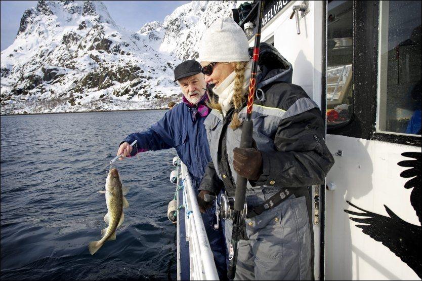 NAPP PÅ TO MINUTTER!: Skipper Magne Eriksen på «Trolltind» ser til at første skreien kommer velberget over ripa. Siden blir det flere. Skreien er tilbake! Foto: GØRAN BOHLIN