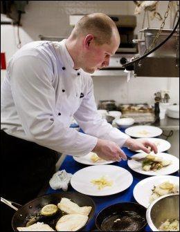 KOKKEN: Christian Neubacher er kokk på Børsen spiseri og tilbereder vår fisk denne kvelden. Foto: GØRAN BOHLIN Foto: