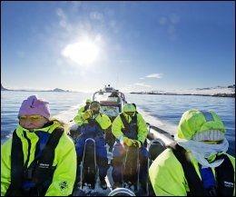 TØFT!: Kombinerer du skreifiske med fartsfyllt RIB-tur, for eksempel ut til hvalfangerøya Skrova, får du en komplett på-havet-opplevelse i vintervakre Lofoten. Foto: GØRAN BOHLIN
