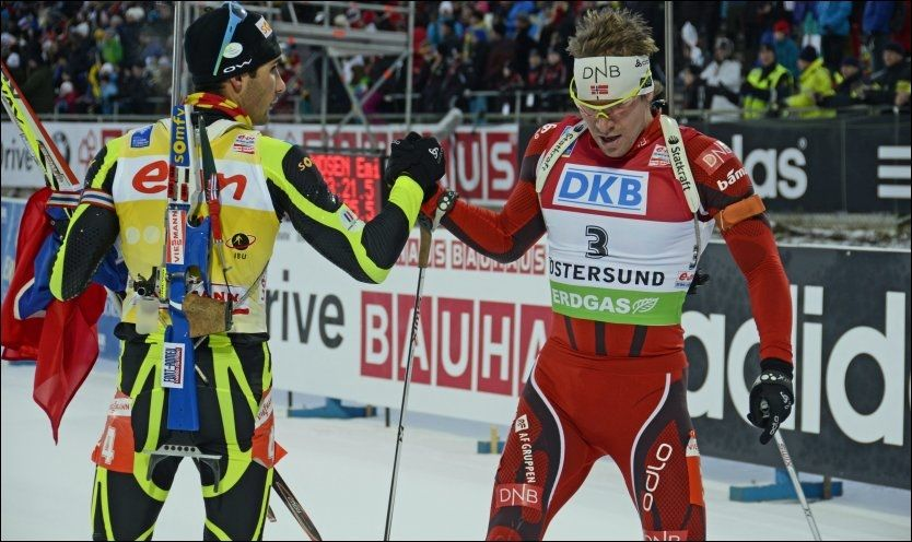 ARGE KONKURRENTER: Emil Hegle Svendsen og Martin Fourcade takker her for matchen i Östersund. Foto: Jostein Magnussen, VG