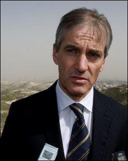 TWITRER: Også utenriksminister Jonas Gahr Støre uttalte seg om Syria på Twitter. Dette bildet er tatt 28. februar, da utenriksministeren var på besøk i Jerusalem. Foto: Andreas Bondevik / Scanpix