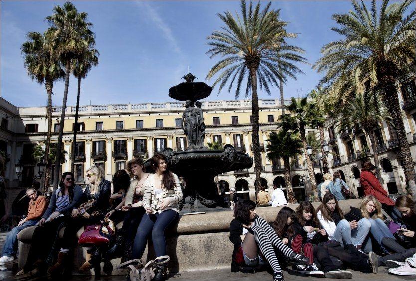 BARCELONA: En gruppe unge jenter nyter vårsola på Placa Reial ved den populære gata La Rambla. Foto: ANDREA GJESTVANG