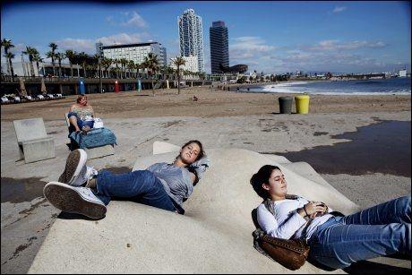 MØTER VÅREN: Det er deilig på Barceloneta-stranden også før badesesongen. Chiara de Vlieger (21) og Stephanie Teitsmans (21) fra Nederland nøt solen en aprildag. Foto: ANDREA GJESTVANG