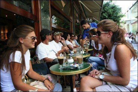 ATHEN: I bydelen Kolonaki møtes ungdommene over en freddo (iskaffe). Foto: MONA LANGSET
