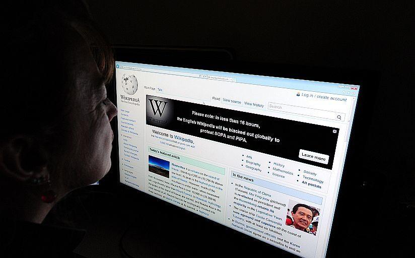 KUNNSKAPSKRIG: I dag står kampen om historietolkningen i artiklene til det brukerskapte nettleksikonet Wikipedia, og mellom Wikipedia og konkurrenter som Store Norske Leksikon (SNL). Foto: Karen Bleier / AFP