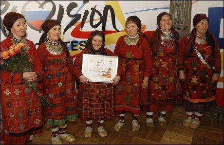 STOLTE: En smilende babushka-gruppe med diplomet etter at de knuste rivalene i den russiske MGP-finalen. Foto: AP
