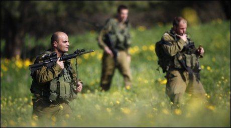 LETER: Israelske soldater ser etter restene av de palestinske rakettene i nærheten av Kibbutz Nir Am. Foto: Reuters