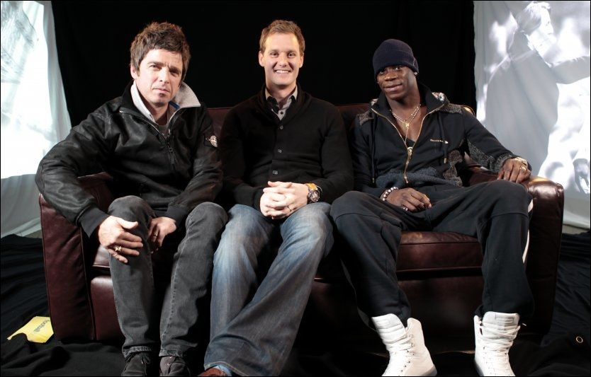 GOD KJEMI: Oasis-stjernen Noel Gallagher (t.v.) intervjuet Maro Balotelli (t.h.) for BBC. I sitter midten Dan Walker. Foto: Pa Photos