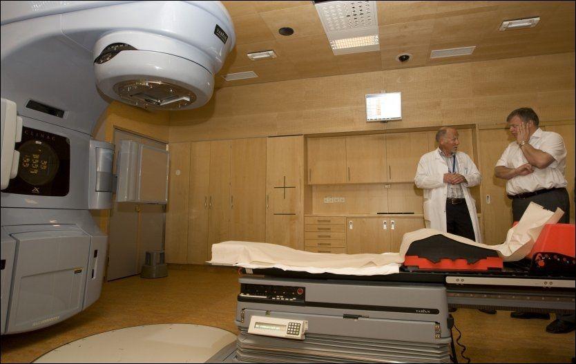 FEIL UNDER STRÅLING: Kreftavdelingen ved Ullevål sykehus beklager at pasienten ikke ble informert om avviket i strålebehandlingen. Her er avdelingsoverlege Kjell Magne Tveit (t.v.) og tidligere helseminister Bjarne Håkon Hanssen avbildet ved en strålemaskin ved en annen anledning. Foto: Arkivfoto: Scanpix