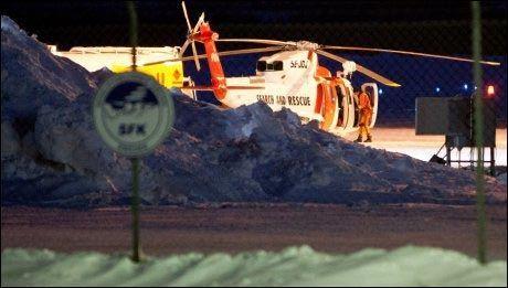 DELTAR I LETINGEN: Et svensk redningshelikopter som deltar i letingen fyller drivstoff i Kiruna. Foto: Scanpix