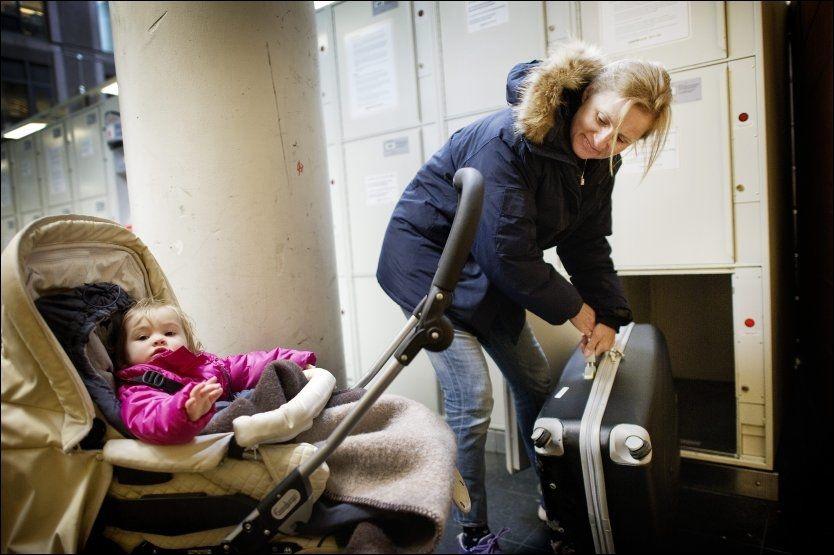 BAGASJE PÅ OSLO S: Gro Olsen, bosatt i Jávea i Spania, skal ta toget videre til Larvik sammen med barnebarnet Isabella Sophie Notaro (1). Hun plassererer bagasjen i en av de 800 oppbevaringsboksene i timene før toget går. Mange har opplevd å bli lurt av kriminelle når de skal låse inn bagasjen. Men denne gangen gikk det bra. Foto: GØRAN BOHLIN.