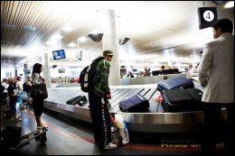 VÆR OPPMERKSOM: Følg med på bagasjen din, tyver kan slå til også ved bagasjebåndene. Foto: KYRRE LIEN.