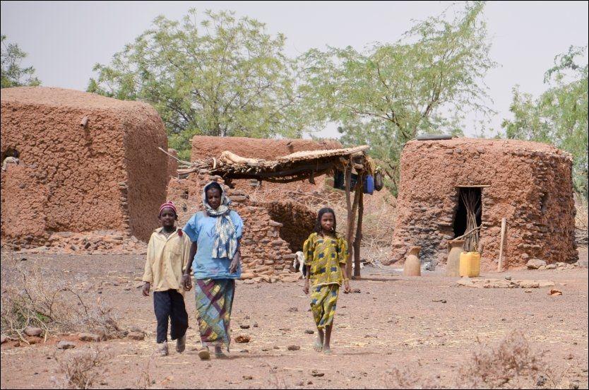 SULTKATASTROFE: Familie i tørkerammede Katossara i Niger. En ny sultkatastrofe er under utvikling i Sahel-beltet i Afrika. Foto: SCANPIX