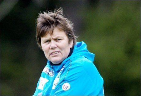 BETENKT: Det norske kvinnelandslaget fortsetter å falle på FIFA-rankingen, og Eli Landsem har all mulig grunn til å være betenkt. Foto: MARIUS KNUTSEN / VG