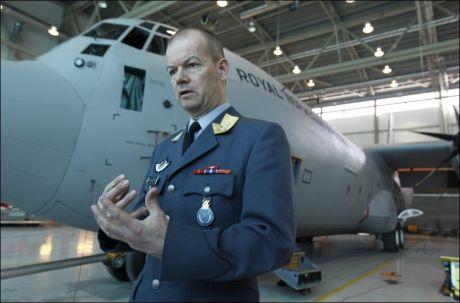 GIR STØTTE: Generalinspektør for luftforsvaret, Finn Kristian Hannestad, har snakket med de pårørende. Foto: Trond Solberg/Leserbilde