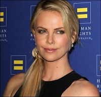 Charlize Theron nyter mammarollen