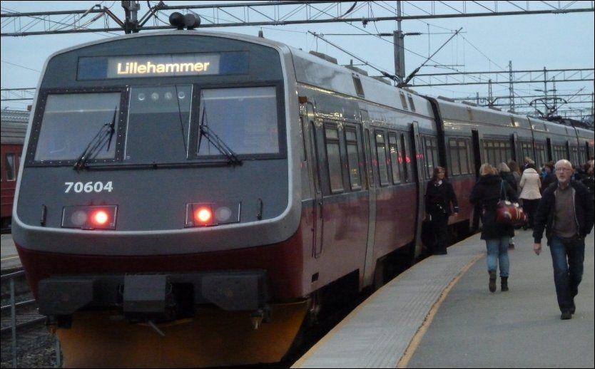 PÅ STASJONEN: Et NSB persontog til Lillehammer fotografert på Drammen stasjon. Foto: JAN OVIND / VG