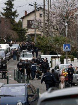 UTENFOR SKOLEN: Politistyrker har tatt oppstilling utenfor skolen i Toulouse. Foto: AP
