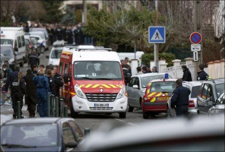 STORE STYRKER: Politi og redningsetater rykket ut med store styrker etter skytedramaet på den jødiske skolen i Sør-Frankrike. Foto: AP