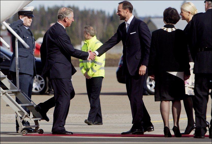 KONGELIG HILSEN: Prins Charles hilser på kronprins Haakon på flyplassen. Foto: Scanpix