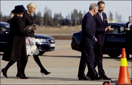 VEKOMSTKOMITÉ: Kronprinsesse Mette-Marit fulgte Camilla fra flyet, mens kronprins Haakon gikk sammen med Charles. Foto: Scanpix