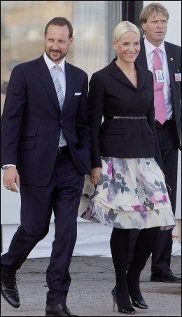 PYNTET: Kronprinsparet smilte og vinket til fotografene da de tok imot prins Charles og Camilla. Foto: Scanpix