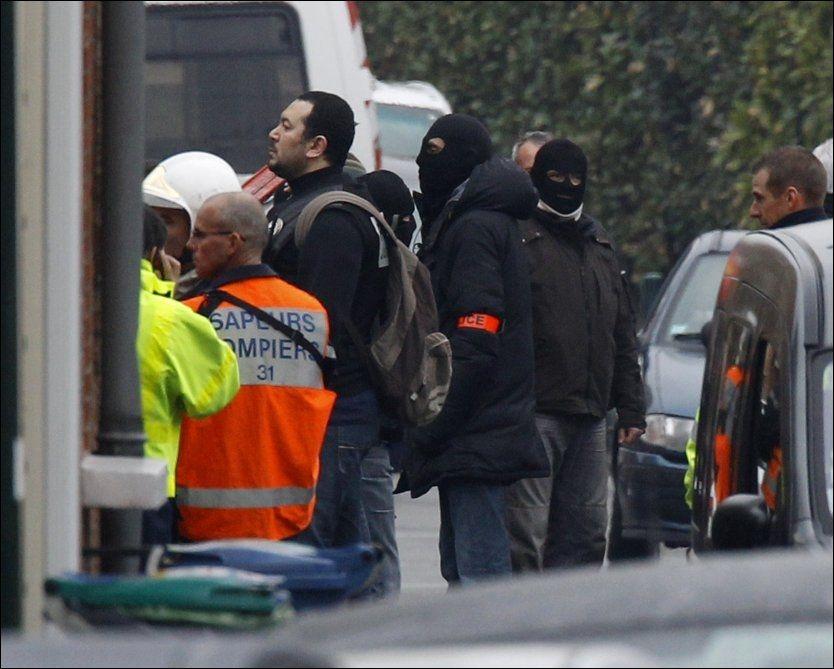 ELITESTYRKER: Elitestyrker fra politiets spesialavdeling RAID har omringet leiligheten. Foto: AP