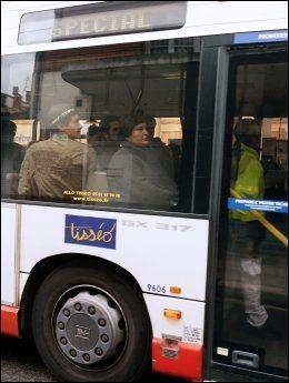 EVAKUERES: Her blir naboer fraktet vekk i busser fra dramaet i Toulouse. Foto: AFP