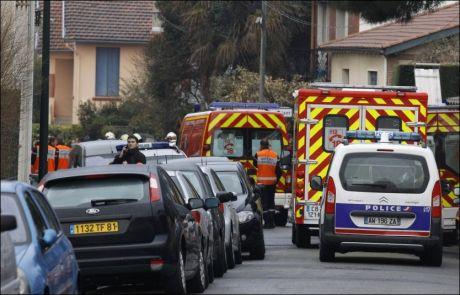 STOR POLITIAKSJON: Store politistyrker har rykket ut og omringer huset til den mistenkte mannen. Foto: AP