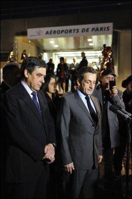 MØTTE MEDIA: Frankrikes president Nicolas Sarkozy (t.h.) og statsminister Francois Fillon (t.v.) møtte tirsdag media ved Charles de Gaulle-flyplassen i Paris etter å ha vist sin respekt for de fire ofrene for skytingen ved den jødiske privatskolen Ozar Hatorah. Foto: Reuters
