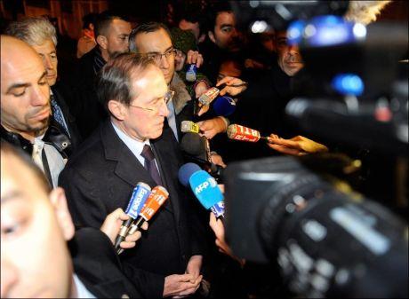 PÅ STEDET: Innenriksminister Claude Gueant befinner seg utenfor leiligheten og har fortalt oppmøtt media om at den mistenkte hevder han er medlem av al-Qaida. Foto: Afp