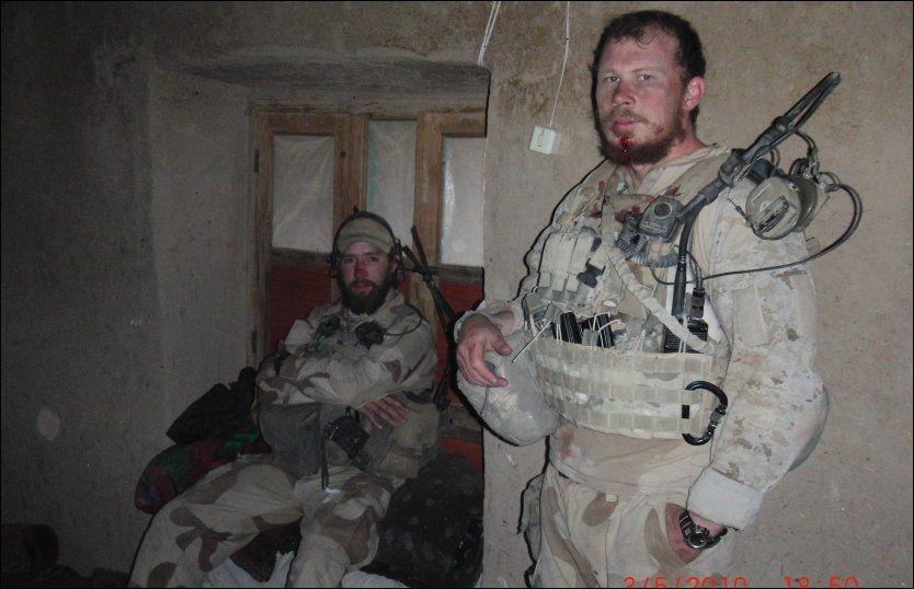 HEDRES: Blodige, skitne og utslitte. Her er Christian Lian (til høyre) og kameraten Simen Tokle fotografert etter de harde kampene i Ghowrmach-området i mai 2010. Bare noen uker senere ble begge drept av en veibombe. Foto: MJK/KJK