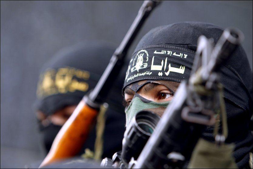 GAZA: Medlemmer av Islamsk Jihad poserer med våpen etter den siste ukes rakettangrep mot Israel fra Gaza og luftangrep fra Israel mot Gaza. Foto: MOHAMMED ABED/AFP/SCANPIX