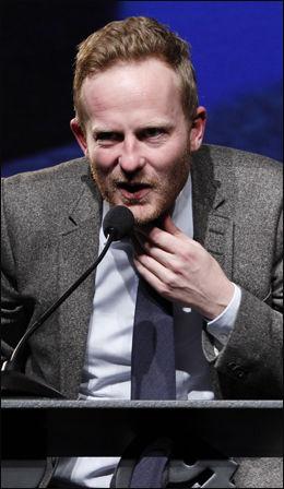 FORFATTER: Journalist og forfatter Simen Ekern. På bildet takker han for Brageprisen i kategorien sakprosa i 2011. Foto: