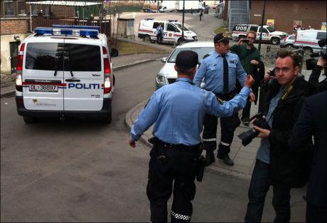 AKSJONERER: Store politistyrker slo tirsdag ettermiddag til mot boligblokken der mullah Krekar bor. Foto: Øyvind Gustavsen